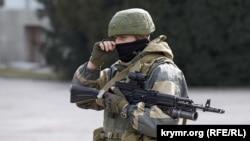 Российский военный в Симферополе, 1 марта 2014 года
