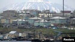Вид на российский поселок на острове Кунашир, одном из четырех островов, о которых спорят Россия и Япония. Март 2007 года.