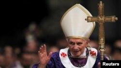 Папа Римский Бенедикт XVI на мессе по случаю начала Великого поста. Ватикан, 13 февраля 2013 года.