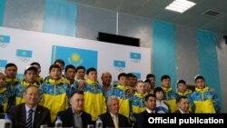 Группа подростков фотографируется перед отъездом в Академию футбола в Бразилии. Алматы, 19 марта 2015 года.