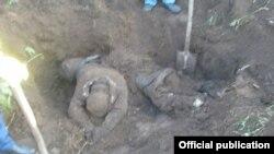 34-летний россиянин при первом же допросе признался, что в ходе конфликта убил двух узбекистанцев из охотничьего ружья, а затем закопал их тела, чтобы скрыть следы преступления.