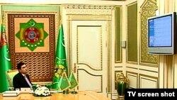 Prezident G.Berdimuhamedow elektron resminamalar dolanyşygy bilen tanyşdyrylýar, 26-njy awgust.