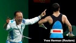 Ниджат Рахимов и главный тренер казахстанской сборной по тяжелой атлетике Алексей Ни на помосте после победы Рахимова. Рио-де-Жанейро, 10 августа 2016 года.