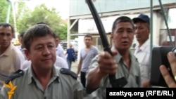 Алматының метро жұмысшылары ереуілге шыққанда оларды таратуға келген полицейлер. Алматы, 10 тамыз 2010 жыл.