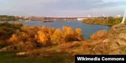 Вид на дамбу «Дніпрогесу» з острова Хортиця