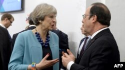Britaniýanyň premýer-ministri Tereza Maý (çepde) we Fransiýanyň prezidenti Fransua Olland. Walletta, 3-nji fewral, 2017 ý.
