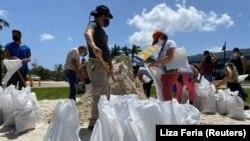 Люди збирають мішки з піском в очікуванні урагану «Ісаяс», Флорида, США, 31 липня 2020 року