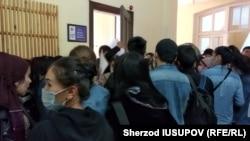Узбекистанские студенты выстраиваются в длинные очереди, чтобы забрать свои документы из вузов Кыргызстана. Фото Шерзода Юсупова.