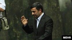 محمود احمدی نژاد، رییس جمهور ایران، در نشست مجلس شورای اسلامی برای رای اعتماد به وزیر پیشنهادی ورزش