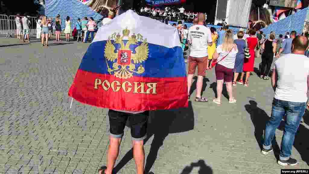 Один із глядачів закрився російським прапором від палючого сонця