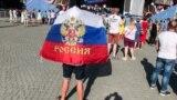 Зранку на адміністративних будівлях міста комунальні служби розвісили російські прапори.<br /> <br /> Плакат на стіні будівлі російського багатофункціонального центру з надання державних послуг