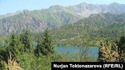 Озеро Сары-Челек в Джалал-Абадской области Кыргызстана.