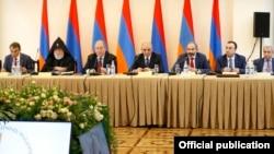 Armenia - President Armen Sakissian chairs a meeting of he board of trustees of the Hayastan All-Armenian Fund, Yerevan, May 25, 2018.