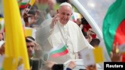 Папа Франциск при посрещането му в София