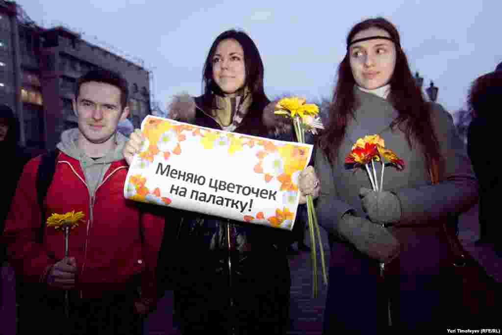 """Активисты движения """"Наши"""" пришли на площадь с цветами"""