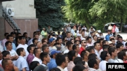 Around 100 young people gathered in Bishkek urging passers-by to travel to Osh with them.