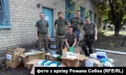 Роман Собко (по центру, сидить) на Донбасі