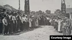 Adunare a sătenilor din Lăpușna imediat după Unire (Foto: Ion Țurcanu, Mihai Papuc, Basarabia în actul Marii Uniri de la 1918)