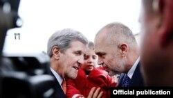 Sekretari amerikan John Kerry takoi edhe qytetarët që kishin dalë për ta përshëndetur...