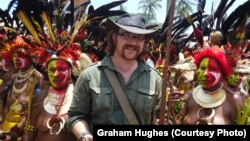 گراهام هیوز، فیلمساز بریتانیایی در کنار تعدادی از مردم بومی پاپوا گینه نو