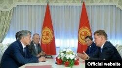"""Президент Алмазбек Атамбаев менен """"Газпром"""" компаниясынын жетекчиси Алексей Миллердин жолугушуусу. 28-август."""