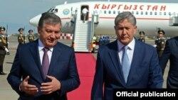 На фото (слева направо) премьер-министр Шавкат Мирзияев встречает в аэропорту Ташкента президента Кыргызстана Алмазбека Атамбаева перед началом саммита ШОС в узбекской столице, июнь 2016 года.