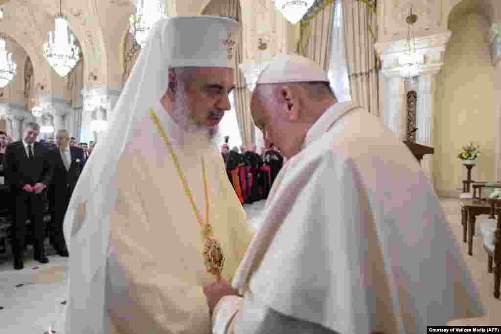 """""""Pe fratele meu Daniel țin să îl salut cu iubire frățească"""", i s-a adresat Suveranul Pontif, în discursul susținut la Cotroceni, Patriarhului Daniel, prezent în sală."""