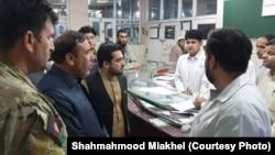 Губернатор афганской провинции Нангархар Шах Махмуд Мияхель (второй слева) в госпитале в Джелалабаде, куда доставили раненых.