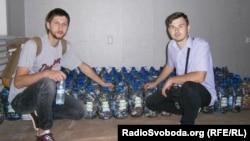 Активісти громадської організації «Екомісто» Сергій Безбородько і Михайло Марухно поруч із зібраними батарейками
