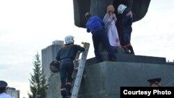 С памятника Ксению снимали спасатели