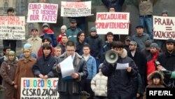 Өздерін депортациялауға қарсылық білдіріп митингке шыққан қазақ босқындары. Прага, 7 ақпан 2009 жыл