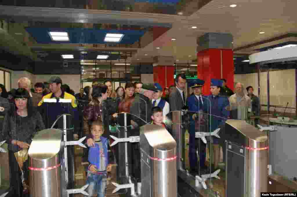 Первые пассажиры у турникетов в станции «Москва» алматинского метро. Алматы, 18 апреля 2015 года.