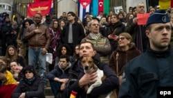 Минута памяти по погибшим во время терактов в Брюсселе, 24 марта 2016 года.