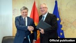 Тышкы иштер министри Эрлан Абдылдаев жана Евробиримдиктин комиссары Невен Мимика келишимге кол койгондон кийин, 16-февраль 2017-жыл.