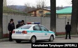 Алматы полицейлері мен полиция көлігі. (Көрнекі сурет)