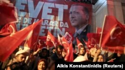 Сторонники президента Эрдогана празднуют победу на улицах Стамбула