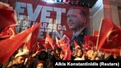 Erdogan özüniň tarapdarlaryna ýüzlenip, referendumyň netijelerini gutlamaga çagyrdy.