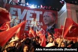 Точнісінько такі самі плакати були готові і для переможного мітингу у Стамбулі, 16 квітня 2017 року
