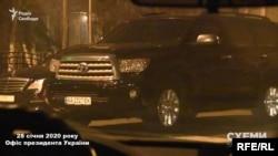 У той же час на вулиці Банковій знімальна група зафіксувала автівки, якими користується мер Кличко