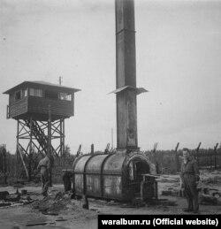 Британські солдати оглядають піч крематорію концтабору «Берген-Бельзен». Фото з виставки «Тріумф людини. Мешканці України, які пройшли нацистські концтабори»