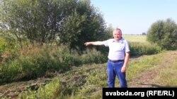 Самец паказвае месца, дзе местачкоўцы знайшлі цела забітага Дзьмітрыя Семянцова