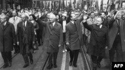 Александр Дубчек (третий справа) на параде в Праге, 1 мая 1968 года