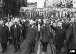 Первомайская демонстрация в Праге, 1968 год. Лидер КПЧ Александр Дубчек и президент ЧССР Людвик Свобода (в центре) приветствуют граждан