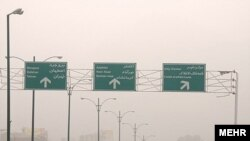 شهرهای بزرگ ايران از تابستان سال جاری با آلودگی شديد هوا روبرو بوده اند که اين وضعيت، تهران را با تعطيلی های پی در پی روبرو کرده است.