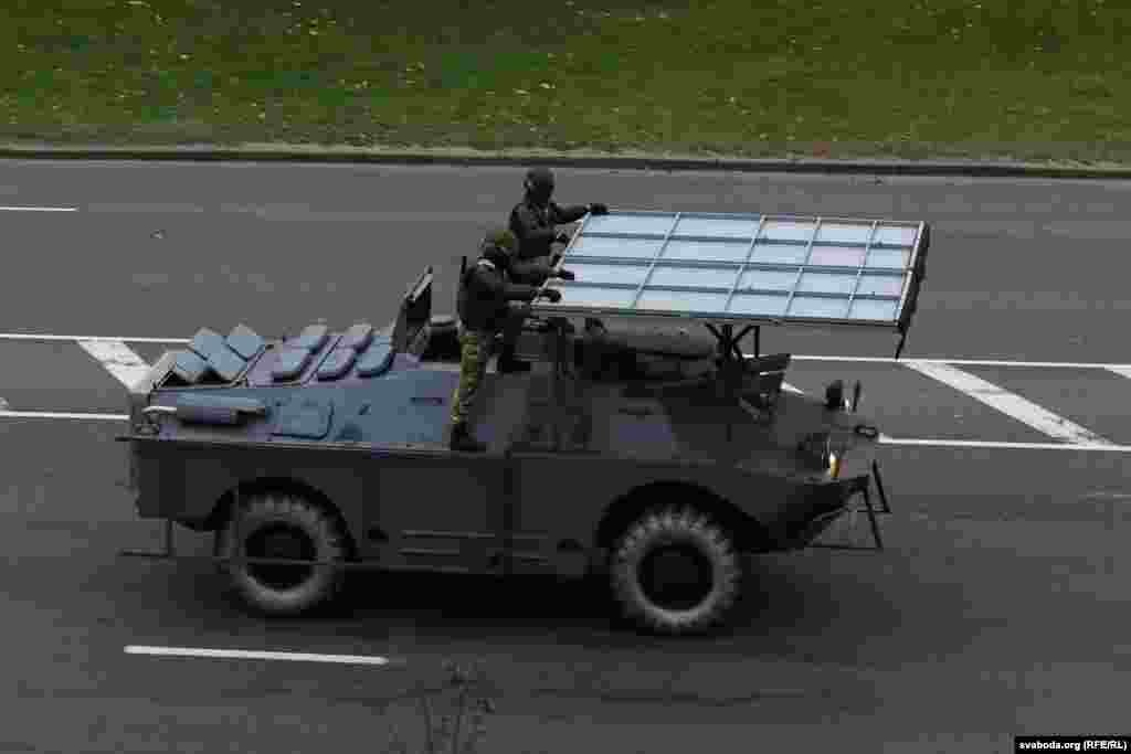 Власти разместили в Минске бронетехнику и водометы, перекрыли дороги.