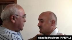 """""""Мусават"""" оппозициялық партиясы басшысының орынбасары Ариф Хаджили (оң жақта) түрмеден шығып келеді. Баку, 22 маусым 2012 жыл."""