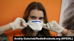 Методи захисту в одному з магазинів Києва під час пандемії коронавірусу (ілюстративне фото)