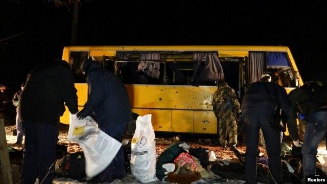 Обстріляний під Волновахою автобус і жертви з нього, вечір 13 січня 2015 року