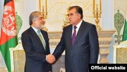 Президент Таджикистана Эмомали Рахмон (справа) принял главу правительства Афганистана (слева), 8 июня 2015 года.