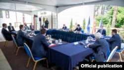 Liderët e partive politike gjatë takimit me presidentin maqedonas, Stevo Pendarovski.